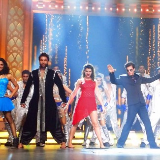 Karan Pangali performs with Happy New Year star Shahrukh Khan
